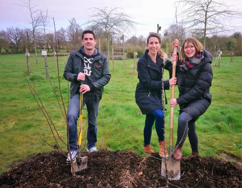 plantation des arbres par un papa et deux mamans