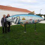 Mireille et alain devant la sardine du musée